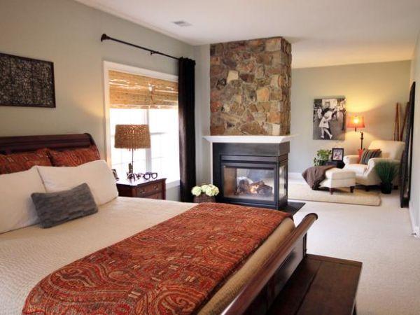 Уютное оформление спальни с камином