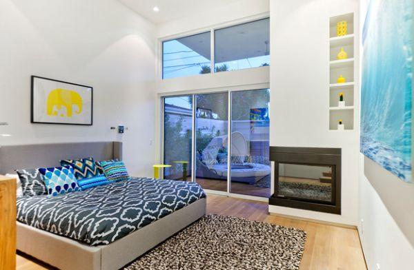 Стильное оформление спальни с камином