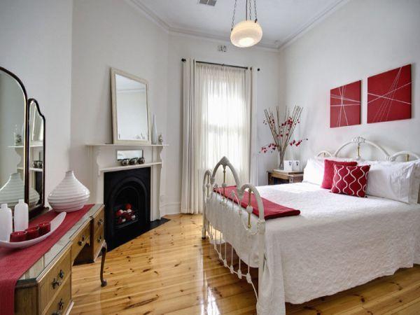 Первоклассное оформление спальни с камином