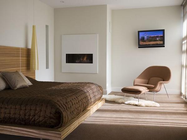 Необычное оформление спальни с камином