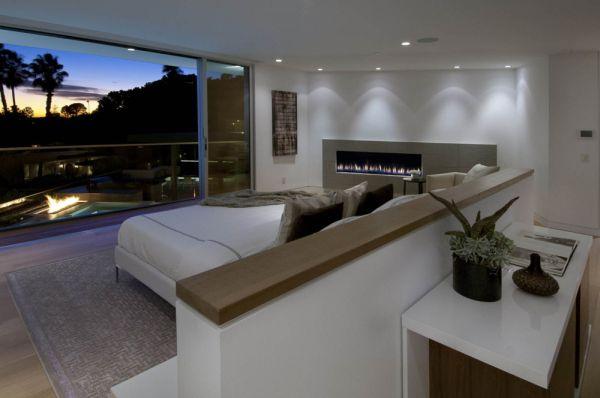 Шикарное оформление спальни с камином