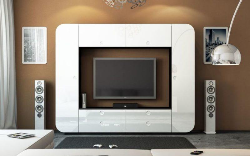 Белая мебель на фоне коричневой стены