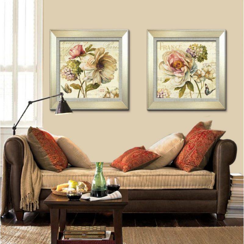 Картины в интерьере гостиной цветы