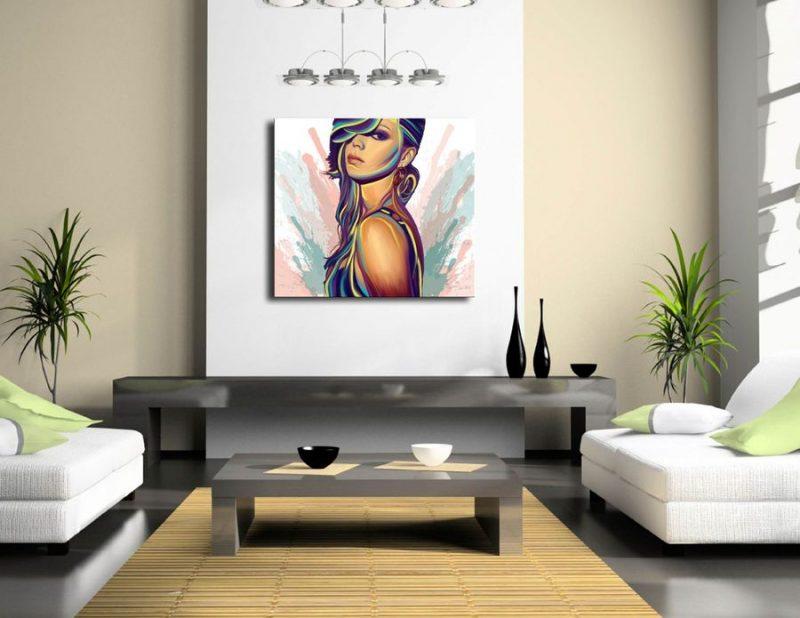 Картины в интерьере гостиной в форме квадрата