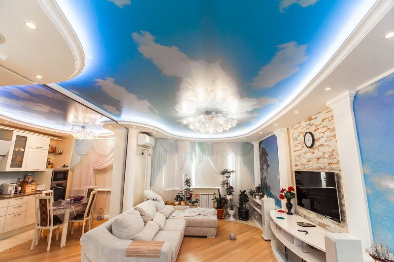 натяжной потолок в зале с фотопечатью