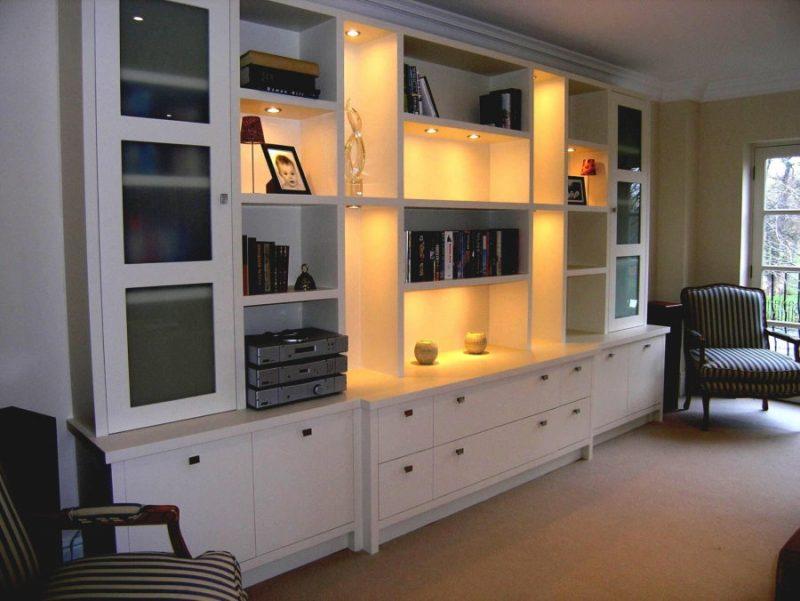 Подсветка открытых полок в стенке для гостиной